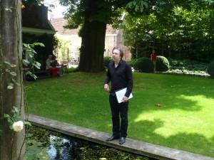Ingmar Heytze in de tuin van Zuylenspiegel